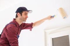 Reparation, renovera och hem- begrepp med manm?lningv?ggen hemma royaltyfri fotografi