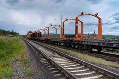Reparationsarbete på den järnväg vägen i bygden i sommar royaltyfria bilder
