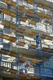 Reparationsarbete på materialet till byggnadsställning Arkivbild