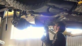 Reparationsbil för auto mekaniker mot intensivt ljus stock video