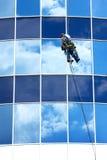 Reparationsfönster av höghus Arkivbilder