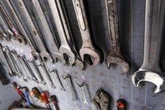 Reparationshjälpmedelkabinett som är fullt av utrustning för industriellt arbete arkivbilder