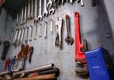 Reparationshjälpmedelkabinett som är fullt av utrustning för industriellt arbete arkivfoto