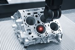 Reparationsmotorkvarter av cylindrar, aluminium automatisk medeltal f?r operat?rskontrollm?tt i industriell fabrik fotografering för bildbyråer