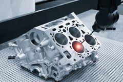 Reparationsmotorkvarter av cylindrar, aluminium automatisk medeltal f?r operat?rskontrollm?tt i industriell fabrik arkivbilder