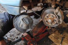 Reparationstekniker arbetar arbetsamt i garaget Fotografering för Bildbyråer