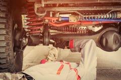 Reparatur der Achse eines Autos Lizenzfreie Stockfotos
