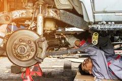Reparatur der Achse eines Autos Stockbild