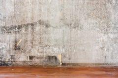 Reparatur der alten Betonmauer des Raumes und des schmutzigen braunen Bodens Lizenzfreies Stockbild