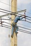 Reparatur der elektrischen Übertragungszeilen Stockfotos