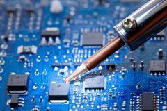 Reparatur der elektronischen Bauelemente Stockfotos