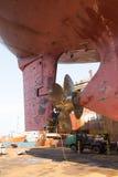 Reparatur der Schraube eines Meereshandwerks stockbild