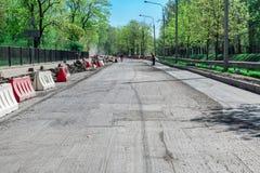 Reparatur der Straßen Die Straße mit der entfernten Schicht des Asphalts Aufbau-Abzugsgraben, Einbau Stockbild