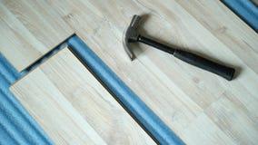 Reparatur der Wohnung, lamellenförmig angeordneten Bodenbelag legend aufbau stock video footage