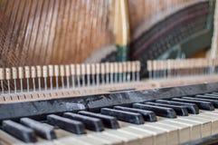Reparatur des alten Klaviers lizenzfreie stockfotos