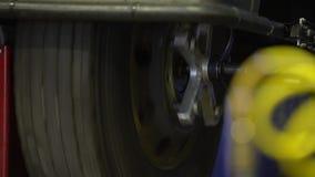 Reparatur des alten Rades Rollen-Rad stock video footage