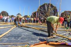 Reparatur des Drachens, riesiges Drachenfestival, der Allerheiligen, Guatemala Stockfoto
