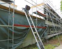 Reparatur des Gebäudes, der Bausesselbahn und des Baugerüsts lizenzfreie stockbilder