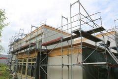 Reparatur des Gebäudes, der Bausesselbahn und des Baugerüsts stockfotografie