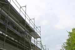 Reparatur des Gebäudes, der Baustelle und des Baugerüsts lizenzfreie stockbilder