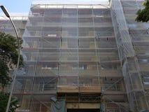 Reparatur des Hauses unter einem Gitter lizenzfreies stockbild