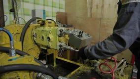 Reparatur des hydraulischen Antriebs des Baggers stock video