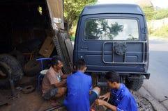 Reparatur des Jeeps Stockfotos