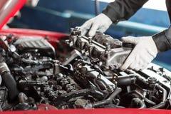 Reparatur des modernen Dieselmotors, der Arbeitskrafthände und des Werkzeugs Automechaniker, der Maschine nach Analysesymptomen d Stockbild