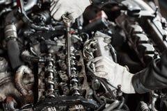Reparatur des modernen Dieselmotors, der Arbeitskrafthände und des Werkzeugs Nahaufnahme eines Automechanikers, der an einem Auto Stockfotos