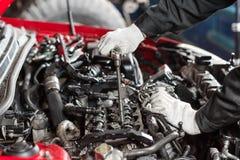 Reparatur des modernen Dieselmotors, der Arbeitskrafthände und des Werkzeugs Nahaufnahme eines Automechanikers, der an einem Auto Stockfoto