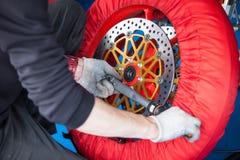 Reparatur des Rades von Sport fahren rad Stockfotografie