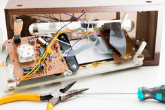 Reparatur des Radioweckers Stockfoto