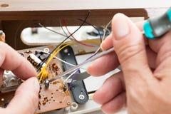 Reparatur des Radioweckers Stockfotografie