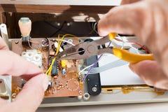 Reparatur des Radioweckers Stockfotos