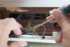 Reparatur des Radioweckers Stockbild