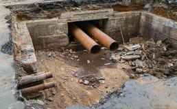 Reparatur des Stadtabwasserkanals Stockfotos
