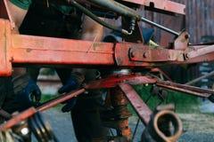 Reparatur des Traktors Stockfotos