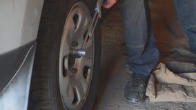 Reparatur dreht herein die Garage stock video footage