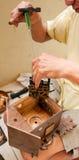 Reparatur einer Kuckucksuhr lizenzfreie stockfotografie