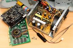 Reparatur eines Computers lizenzfreie stockfotografie