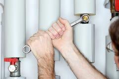 Reparatur eines Gerätes mit einem Metallschlüssel stockfoto