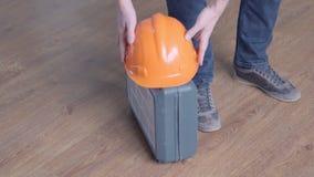 Reparatur-, Gebäude-, Bau- und Leutekonzept - nah oben von tragendem Werkzeugkasten des Mannes und vom Lassen er mit Hardhat stock footage