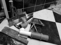 Reparatur - Gebäude mit Werkzeugen hämmern, Vorschlaghammer und Schlüssel stockbild