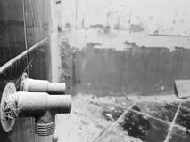 Reparatur im Badezimmer und in der Klempnerarbeit lizenzfreie stockbilder