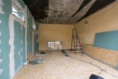 Reparatur im Privathaus, eine Wand wird Fasergipsplattenblätter beendet stockfoto