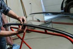 Reparatur und Ersatz der Windschutzscheibe des Autos Stockbild