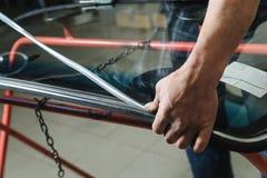 Reparatur und Ersatz der Windschutzscheibe des Autos Lizenzfreie Stockbilder