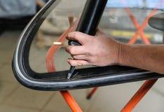 Reparatur und Ersatz der Windschutzscheibe des Autos Stockfotos