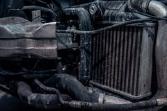 Reparatur- und Kontrollauto in der Reparaturwerkstatt Ein erfahrener Techniker repariert das fehlerhafte Teil des Autos Ich ?nder stockbilder
