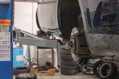Reparatur- und Kontrollauto in der Reparaturwerkstatt Ein erfahrener Techniker repariert das fehlerhafte Teil des Autos Ich ?nder lizenzfreie stockfotos